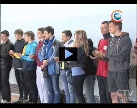 Елена Хлопцева награждает молодых гребцов